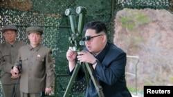 朝鲜领导人金正恩视察战略潜水艇水下弹道导弹试射场地。(朝鲜官方朝中社2016年4月24日在平壤发布这张没有具体日期的照片)