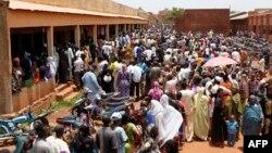 Cử tri Mali đứng xếp hàng để bỏ phiếu tại một địa điểm bầu cử được thành lập trong một trường học ở Bamako, ngày 28/7/2013.