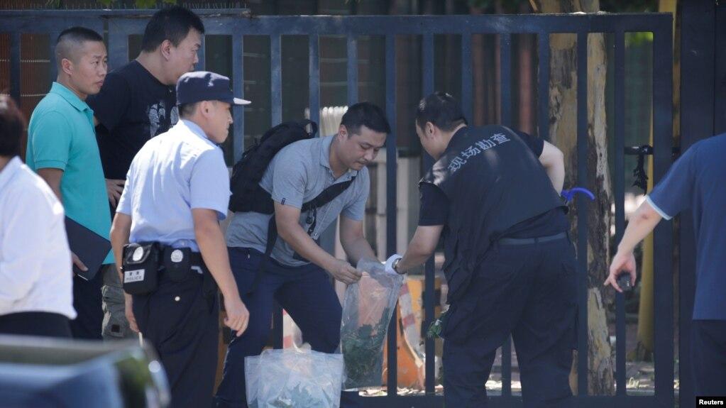 警方在北京美國大使館爆炸現場工作。 (2018年7月26日)