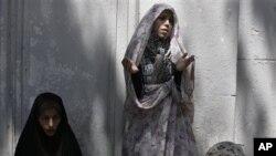Γυναίκες προσεύχονται έξω απ' το Πανεπιστήμιο της Τεχεράνης