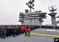 乔治华盛顿号航母水兵在甲板集结待命
