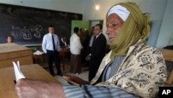총선 첫째 날, 투표를 하고 있는 이집트 남성