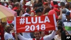 Un manifestante sostiene una pancarta que apoya otra carrera presidencial para el ex presidente brasileño Luiz Inácio Lula da Silva, durante una manifestación en Sao Paulo, Brasil.