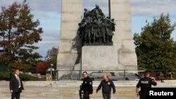 La policía patrulla la zona del monumento donde dispararon al soldado canadiense.
