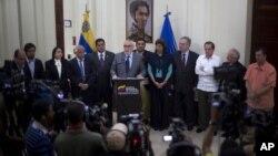 Ramón Aveledo, secretario ejecutivo de la MUD, dijo que tanto gobierno como oposición deben apresurar las negociaciones para lograr acuerdos rápidamente.