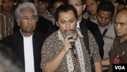 Gayus Tambunan memberikan keterangan kepada media, didampingi pengacaranya, Adnan Buyung Nasution, setelah menjalani sidang di pengadilan Jakarta Pusat, 19 Januari 2011.