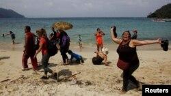 Muchos cubanos siguen lanzándose al mar en desvencijadas embarcaciones para huir de la isla.