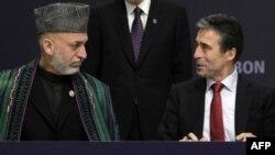 Tổng thống Afghanistan Hamid Karzai (trái) hoan nghênh quyết định của giới lãnh đạo NATO về việc vấn đề chuyển giao quyền kiểm soát
