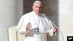 Paus Fransiskus memberikan khutbah mingguan di Vatikan (21/11).