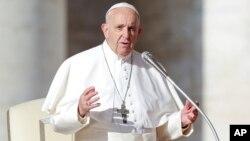 Paus Fransiskus memberikan khutbah mingguan di Vatikan.