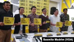 Direktur Eksekutif Amnesty International Indonesia Usman Hamid saat konferensi pers di Jakarta, Rabu (10/4/2019) (foto: VOA/Sasmito Madrim).