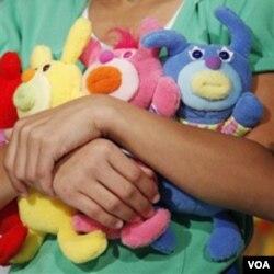 Orang tua perlu memilih mainan yang aman bagi anak-anak.