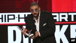 Drake acepta el premio artista favorito de rap/hip hop en la ceremonia de los American Music Awards 2016.