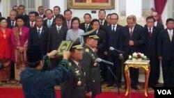 Pelantikan Panglima TNI Jenderal Moeldoko dan Kepala Staf Angkatan Darat Letjen Budiman. (VOA/Ahadian Utama)