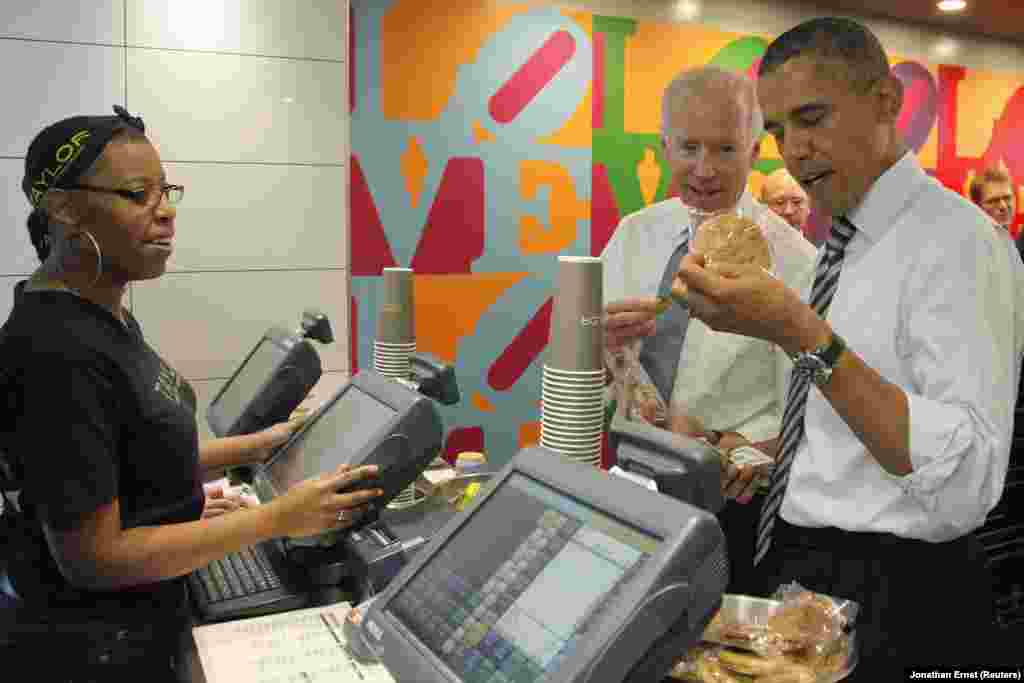 拜登副总统(中)为奥巴马总统(右)挑选饼干