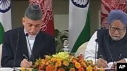 حامد کرزی رئیس جمهور افغانستان و منموهن سنگ صدر اعظم هند حین امضأی توافقنامۀ ستراتیژیک