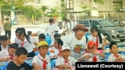 Lianawati Lie mengajar cara membuat layang-layang kepada anak-anak Indonesia. (Foto: Courtesy/Lianawati)
