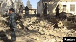 阿富汗部队检查阿富汗南部坎大哈省自杀袭击事件现场