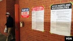 Des affiches contenant des renseignements sur les élections du 4 novembre en Virginie (Dimitris Manis/VOA)