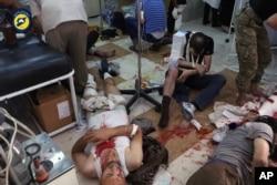 ຮູບພາບນີ້ສະແດງໃຫ້ຜູ້ຊາຍຫຼາຍຄົນກຳລັງຮັບການປິ່ນປົວບາດແຜ ໃນໂຮງໝໍທ້ອງຖິ່ນແຫ່ງໜຶ່ງ ຫຼັງຈາກການໂຈມຕີທາງອາກາດໃນເມືອງ Aleppo, ຊີເຣຍ. 24 ກັນຍາ 2016.