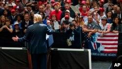 El presidente Donald Trump habla en el North Side Gymnasium en Elkhart, Indiana, el jueves 10 de mayo de 2018, durante un mitin de campaña.