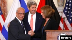 Chief Palestinian negotiator Saeb Erekat (L-R), U.S. Secretary of State John Kerry and Israel's Justice Minister Tzipi Livni shake hands at the end of talks in Washington, July 30, 2013.
