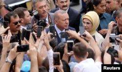 Turkski predsednik Tajip Erdogan izlazi iz biračkog mesta u Istanbulu, 24. juna 2018.