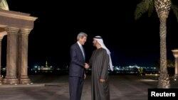 Državni sekretar Džon Keri sa krunisanim princem Abu Dabija Šeikom Mohamedom bin Zajedom al Nahjanom