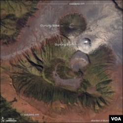 Gambar kawah Gunung Bromo dan Gunung Batok di ambil dari atas (foto: NASA)