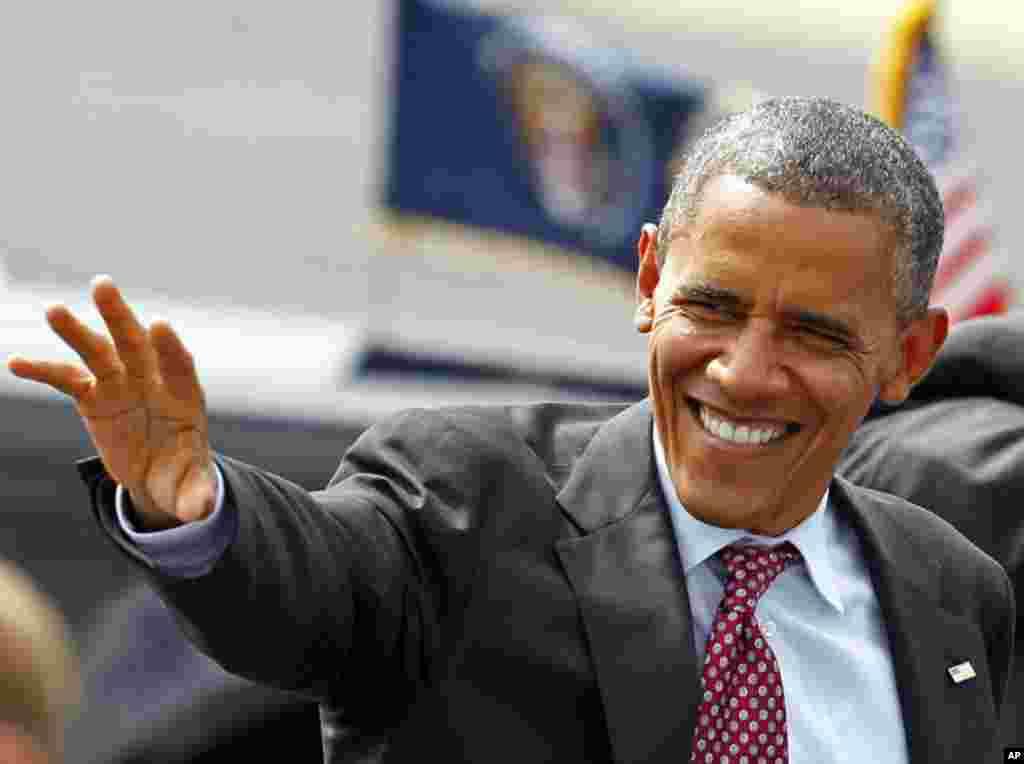Le président Obama saluant la foule à son arrivée à l'aéroport de Charlotte