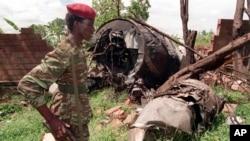 Un rebelle du Front patriotique rwandais (FPR) passe sur le site de l'accident d'avion du 6 avril qui a tué le président rwandais Juvenal Habyarimana, le 23 mai 1994, à Kigali. (AP Photo/Jean Marc Bouju/Archives)