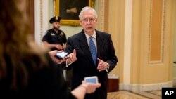 លោក Mitch McConnell ថ្លែងទៅកាន់អ្នកសារព័ត៌មាននៅខាងក្រៅព្រឹទ្ធសភា បន្ទាប់ពីគណបក្សសាធារណរដ្ឋរារាំងដល់សំណើផ្តល់កញ្ចប់ជំនួយដើម្បីទប់ស្កាត់មេរោគកូរ៉ូណា នៅវិមានសភា Capitol Hill កាលពីថ្ងៃទី២៣ ខែមីនា ឆ្នាំ២០២០។