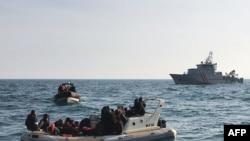 (资料照) 法国国家海上救援协会发出的图片显示英国救援人员从一条船上救起大约20人,他们试图从法国穿越英吉利海峡到英国。