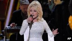 Dolly Parton lors de la 53e cérémonie des CMA Awards à Nashville au Tennessee, le 13 novembre 2019 (Photo AP)