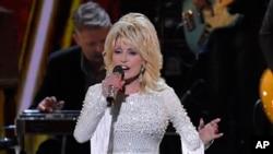 Dolly Parton di panggung CMA Awards ke-53 di Nashville, Tennessee,13 November 2019. (Foto: dok).
