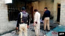 Pripadnici pakistanskih bezbednosnih snaga na mestu napada bombaša samoubice, na ulazu u bolnicu u selu Kotlan Saidan, na obodima severozapadnog grada Dea Ismail Kan, 21. jula 2019.
