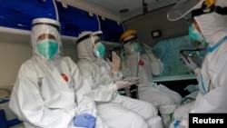 Para petugas medis di sebuah mobil ambulans yang melakukan tes swab keliling di DKI Jakarta (foto: ilustrasi).