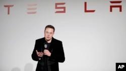 Elon Musk, director general de Tesla Motors, se mostró confiado en las mejoras del software de su automóviles.