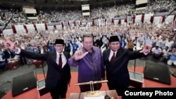 """Prabowo-Sandi berpose dengan Presiden RI ke-6 SBY dalam acara Pidato Kebangsaan """"Indonesia Menang"""", di JCC, Senayan, Jakarta, Senin (14/1). (Courtesy: Prabowo-Sandi media center)"""
