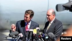 Bộ trưởng Quốc phòng Australia David Johnston (phải) và Tư lệnh không quân Australia hồi hưu Angus Houston, người đứng đầu toán phối hợp Australia trong nỗ lực tìm kiếm quốc tế nói chuyện với phóng viên báo chí, 8/4/14