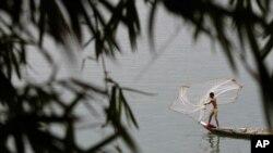 老撾漁民在湄公河打魚