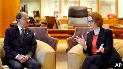 Tổng thống Thein Sein nói chuyện với Thủ tướng Australia Julia Gillard (AP Photo/Alan Porritt, Pool)