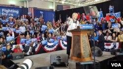 ຜູ້ສະໝັກ ລົງແຂ່ງຂັນ ເອົາຕຳແໜ່ງ ປະທານາທິບໍດີ ສັງກັດພັກເດໂມແຄຣັດ ທ່ານນາງ Hillary Clinton ໂອ້ລົມກັບບັນດາຜູ້ສະໜັບສະໜູນ ຫຼັງຈາກທີ່ໄດ້ຮັບໄຊຊະນະ ການເລືອກຕັ້ງຂັ້ນຕົ້ນ ໃນລັດ South Carolina ຂອງພັກເດໂມແຄຣັດ ທີ່ເມືອງ Columbia, ວັນທີ 27 ກຸມພາ 2016. (W. Gallo/VOA)