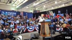 Kandidat Presiden AS, Hillary Clinton, menang telak di Columbia, South Carolina, 27 Feb. 2016 (W. Gallo/VOA)
