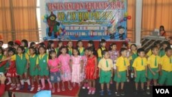 Sejumlah anak Play Grup (PAUD) dan TK bernyanyi bersama saat kelulusan (foto Petrus Riski-VOA).