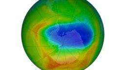 Fotografija NASA-e prikazuje kartu rupe u ozonskom omotaču iznad Antarktika u nedjelju, 20. oktobra 2019. Ljubičasta i plava boja označavaju najmanju količinu ozona, a žuta i crvena pokazuju najviše.