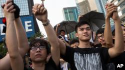 Hàng ngàn sinh viên Hong Kong nắm tay nhau xuống đường đòi dân chủ.
