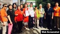 709律师王全璋的妻子李文足(中间白衣)前往最高法递状