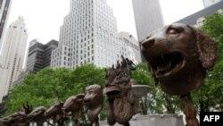 Các tác phẩm triển lãm của ông Ngãi, gồm cái đầu 12 con thú trong tử vi Trung Quốc, tại New York, 4/5/2011