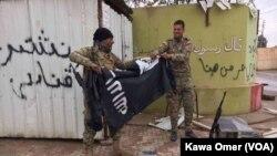 ერაყელი ჯარისკაცები დაჯგუფების დროშას ხევენ